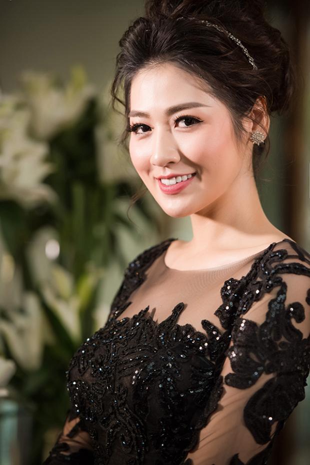 Á Hậu Tú Anh  Hoa hậu Ngọc Hân ngày càng thân thiết như hai chị em