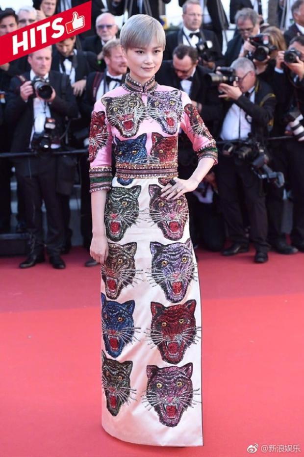 Lý Vũ Xuân bất ngờ trở thành hiện tượng của thảm đỏ Cannes năm nay. Cô luôn nhận được rất nhiều lời khen ngợi về phong cách thời trang đẹp miễn chê cho mỗi sự kiện mà cô xuất hiện. Dù theo đuổi hình ảnh cá tính tomboy là thế, nhưng khi thay đổi diện mạo với váy áo nữ tính, cô vẫn xuất sắc giành điểm tuyệt đối.