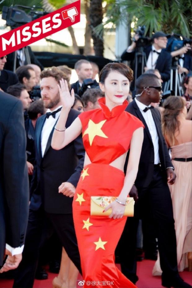 """Hotgirl Từ Đại Bảo của làng giải trí Hoa ngữ hứng nhiều gạch đá vì """"tội danh"""" mặc xấu cả về hình thức lẫn ý nghĩa khi diện chiếc váy mang dấu ấn cờ tổ quốc trên thảm đỏ Cannes 2017. Dù phom dáng không đến nỗi nào nhưng chất liệu vải """"tầm thường""""khiến cô kém sang hơn hẳn so với dàn mỹ nhân lộng lẫy cùng xuất hiện tại sự kiện. Chỉ có nhanh chóng thay gấp bộ cánh khác thì cô nàng mới có thể """"cứu vớt"""" hình ảnh của mình trong lần tiếp theo."""