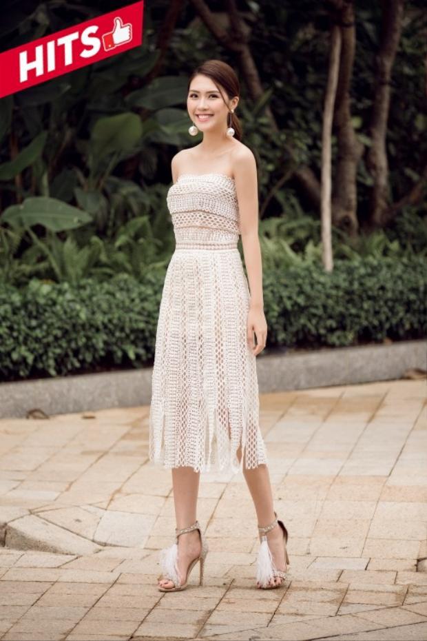 """""""Hoa hậu"""" The Face - Tường Linh đẹp tinh khôi trong thiết kế váy trắng xuyên thấu. Cô chọn giày cao gót giúp tôn dáng và tông xuyệt tông cùng trang phục nhằm thể hiện vẻ nữ tính của mình. Với tổng thể diện mạo này, Tường Linh hứa hẹn là một trong những nhân tố tạo nên nhiều điều thú vị tại đường đua Gương mặt thương hiệu năm nay."""