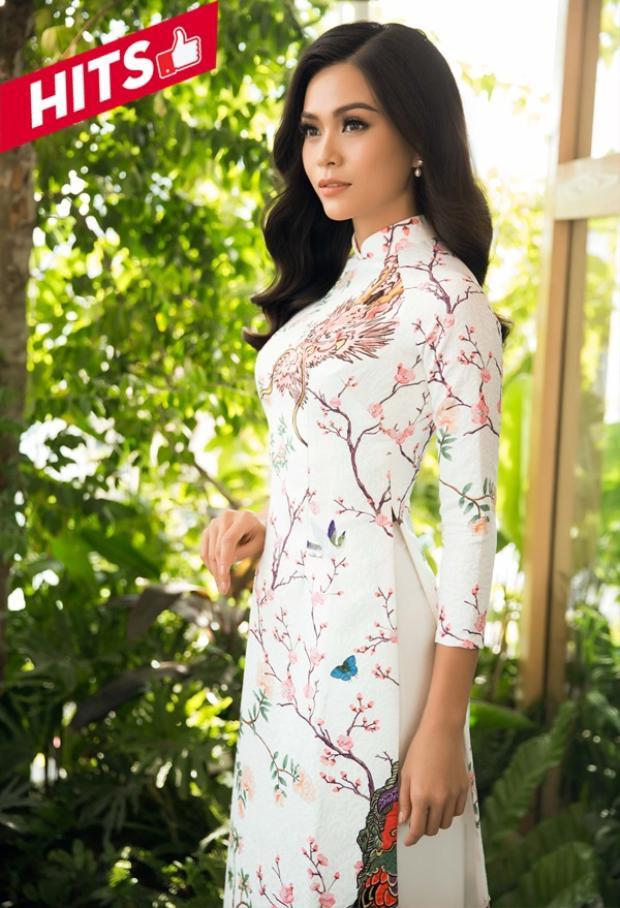 Mâu Thủy duyên dáng trong thiết kế áo dài với họa tiết đậm chất Á đông. Chưa bao giờ trang phục truyền thống của người phụ nữ Việt Nam bị thất thủ trước rất nhiều thiết kế hiện đại hay lộng lẫy hay đắt đỏ nào khác.