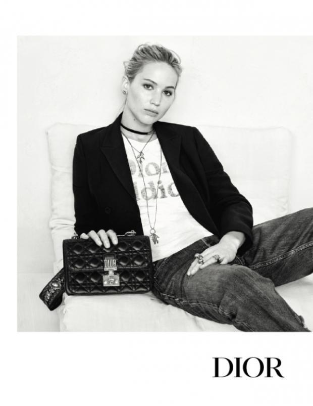 Jennifer Lawrence cùng chiếc Dioraddict Flap Bag màu đen.
