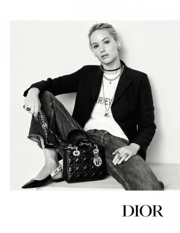 Nữ diễn viên thoải mái và đơn giản, đại diện cho hình ảnh phong cách ăn mặc của phụ nữ hiện đại ngày nay.
