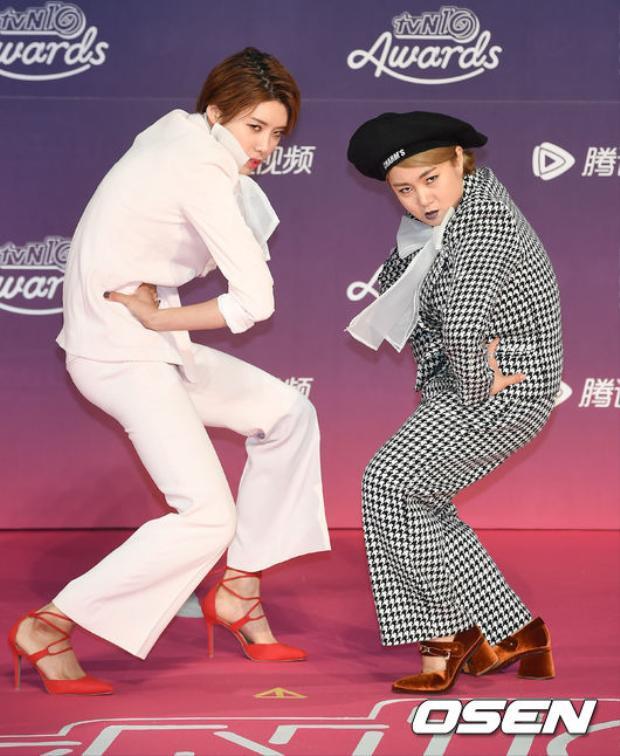 """Cô cùng danh hài Park Na Rae """"diễn sâu"""" trên thảm đỏ tvN10 Awards 2016."""