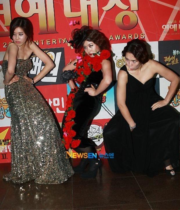 Nữ diễn viên 32 tuổi phối hợp trình diễn cùng các đồng nghiệp trên KBS Entertainment Awards năm 2011.