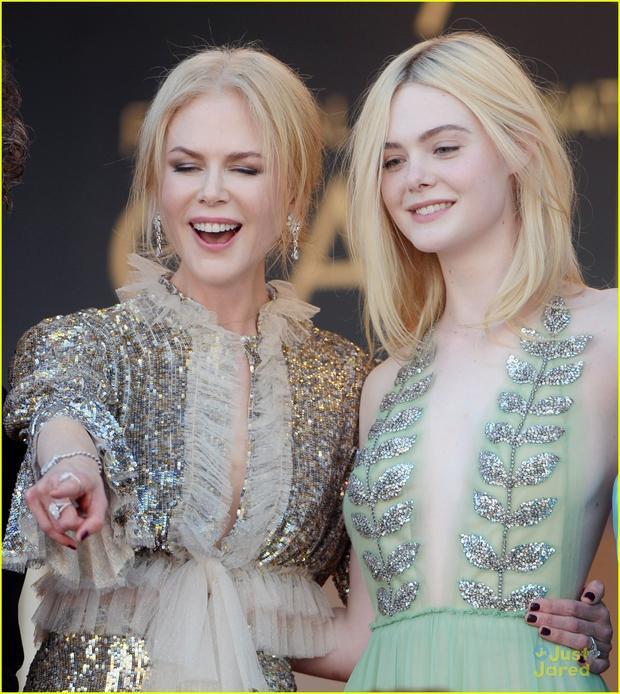 """Với lối trang điểm tự nhiên, không cầu kỳ Elle Fanning thực sự ghi điểm trong buổi ra mắt bộ phim """"How To Talk To Girls At Parties""""."""