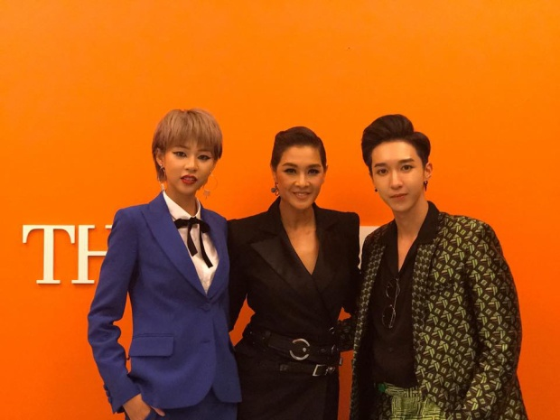 Phí Phương Anh và Key cùng chụp ảnh với HLV Lukkade của The Face Thailand.