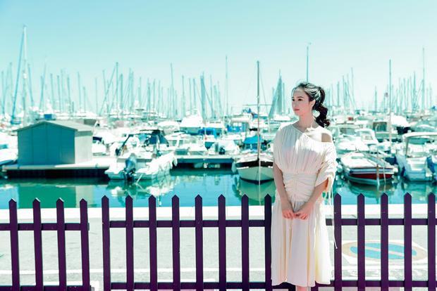 Có lẽ hình ảnh một nàng thơ đẹp như tranhđến từ Việt Nam vô tư đi khắp nơi và khám phá từng ngõ ngách của Cannessẽ làđiểm nhấn khác biệt giữa mọi bộ cánh lộng lẫy ngập trời trong buổi chiếu chính thức.