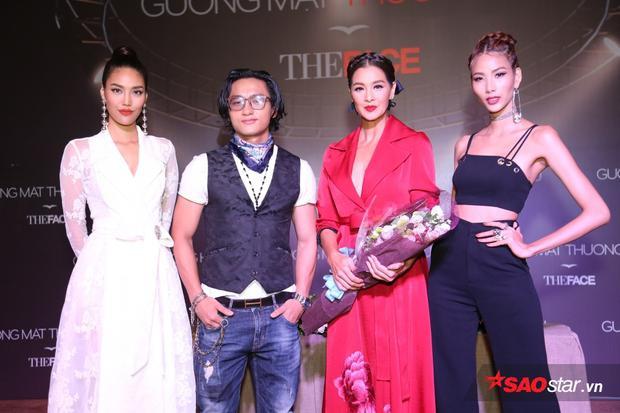 Lan Khuê - Hữu Vi - Hoàng Thùy tặng hoa cho HLV Thailand Lukkade