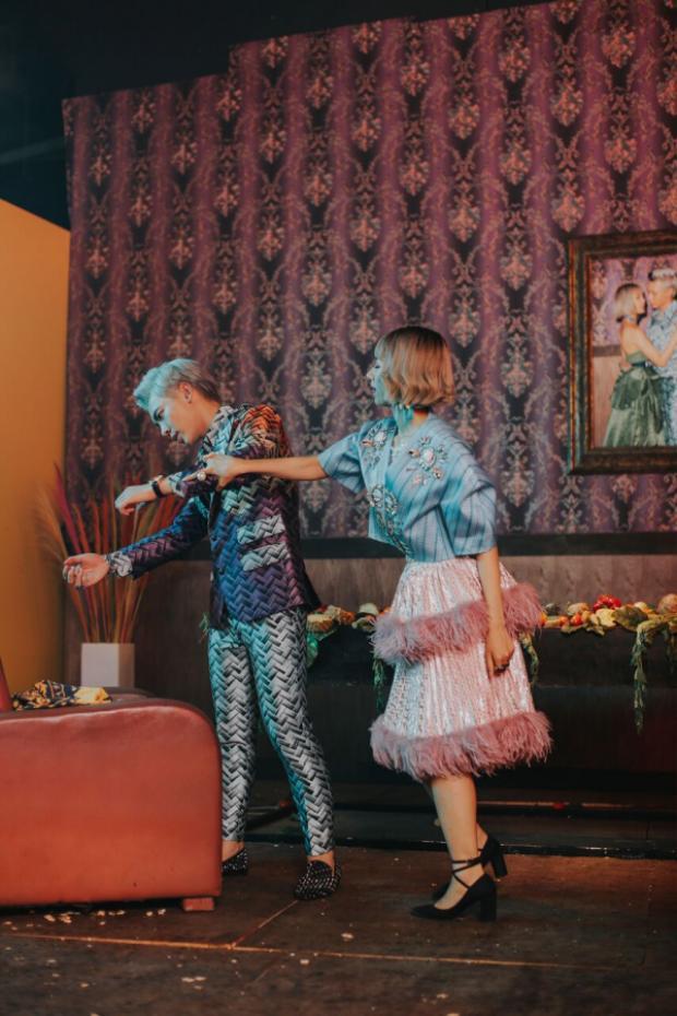 Những chiếc đầm tầng cầu kỳ với kiểu áo độn vai phồng gam màu pastel ngọt ngào đã giúp MIN lột xác thành hình tượng khác?