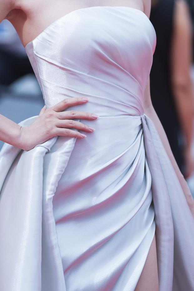 Thân hình nuột nà của Ngọc Anh được khoe trọn trong từng chi tiết của thiết kế.