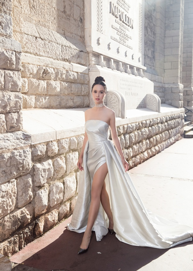 Ngọc Anh xinh đẹp như nữ thần với chiếc váy xẻ đùi cao ngút.