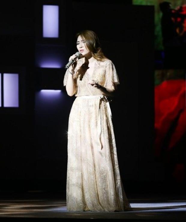 Ở một ca khúc khác, nàng họa mi chọn một bộ váy dài màu nude nhã nhặn tôn lên vẻ đằm thắm dịu dàng của mình.