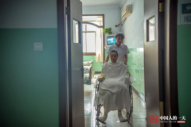 Sự hồi phục kì diệu của người mẹ già bị bác sĩ trả về và ý chí phi thường của cô con gái nhỏ