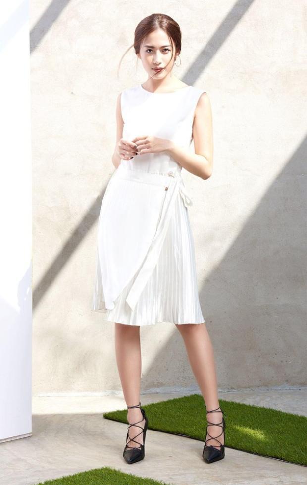 Đôi lúc sắc trắng trên trang phục cũng giúp các cô gái biến hóa trở nên dịu dàng và thanh lịch hơn hẳn.