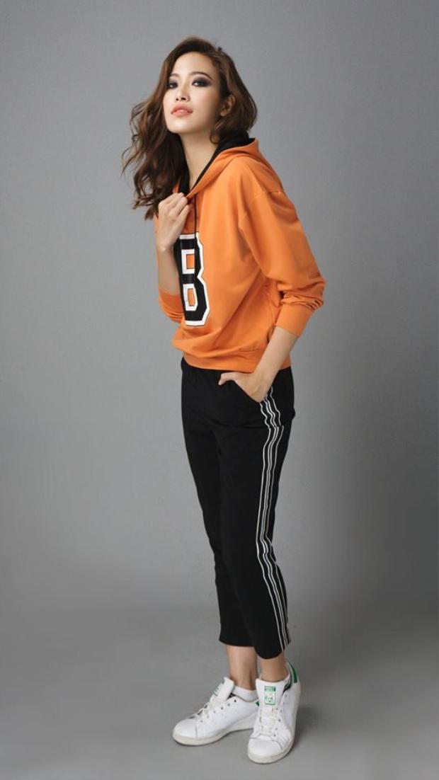 Năng động với set đồ thể thao với quần 3 sọc và áo hoodie màu cam cà rốt trẻ trung, Phan Ngân như khiến người hâm mộ mê mệt vì những lần thiên biến vạn hóa của mình.