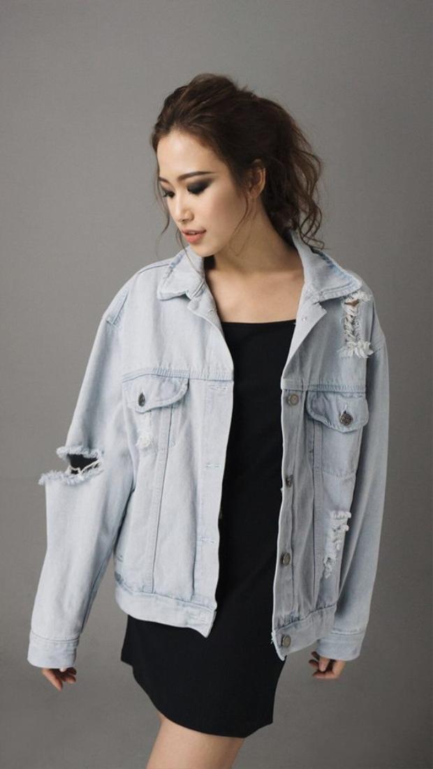 Cá tính với chiếc áo khoác denim cùng layout make upsắc sảo như tôn lên hết tính cách nổi loạn của cô nàng.