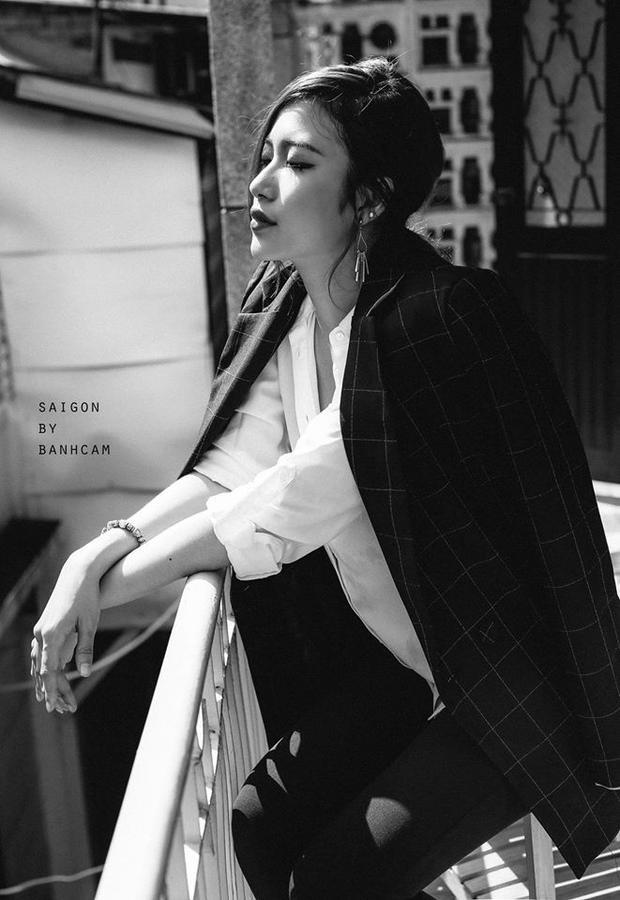 Áo blazer + sơ mi = công thức chưa bao giờ lỗi thời dành cho những quý cô mê mệt hình ảnh mạnh mẽ, đầy nam tính.