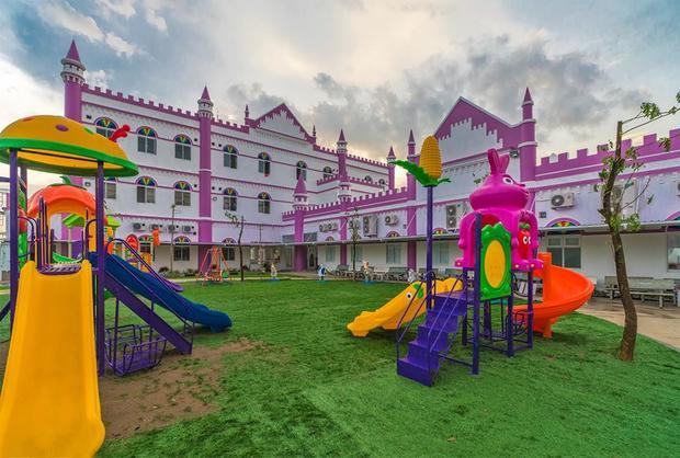 Khuôn viên trường có khu vui chơi, nuôi thú và vườn rau.