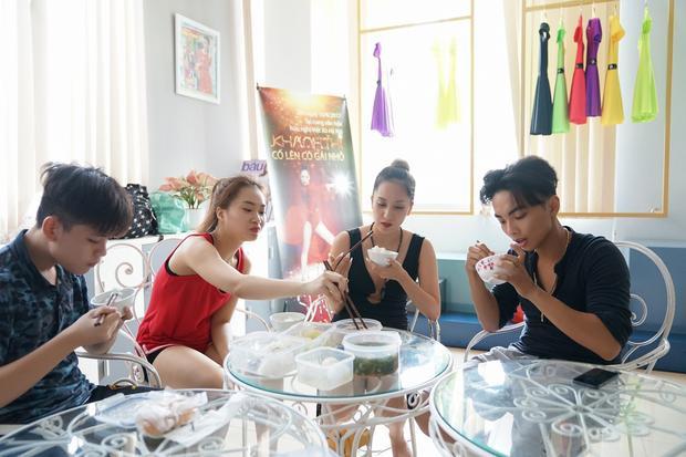 Bữa ăn vội vàng của Khánh Thi và Phan Hiển trên phòng tập.