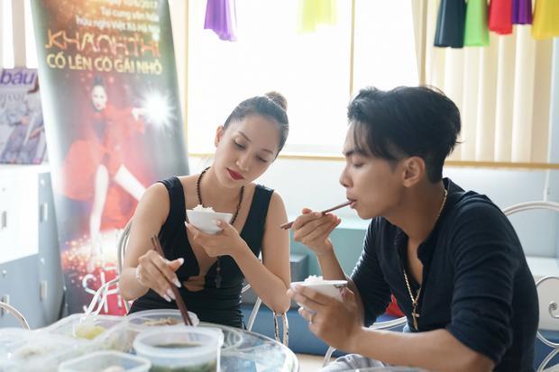 Khánh Thi  Phan Hiển ăn vội, dốc toàn lực tập luyện cho liveshow
