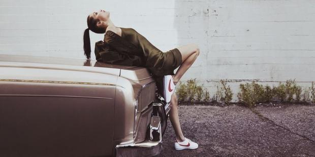 Trong shoot hình khác, cô nàng diện sneaker cùng váy ngủ và áo khoác - phong cách của những cô nàng tiệc tùng.