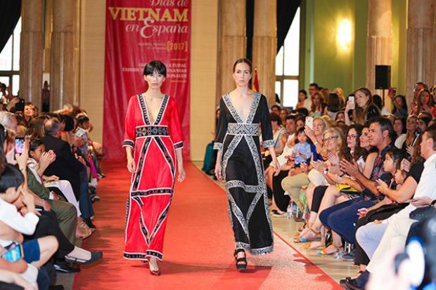 Chương trình còn có phần trình diễn áo dài của NTK Thủy Nguyễn, Chu Lai, Nga Cocoon.