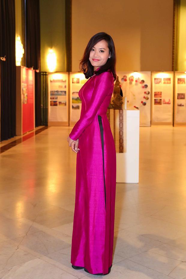 Đạo diễn Hồng Ánh duyên dáng trong tà áo dài truyền thống màu hồng tím.