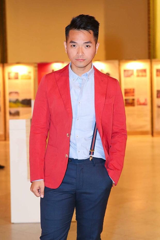 Phạm Hồng Phước nổi bật với màu đỏ.