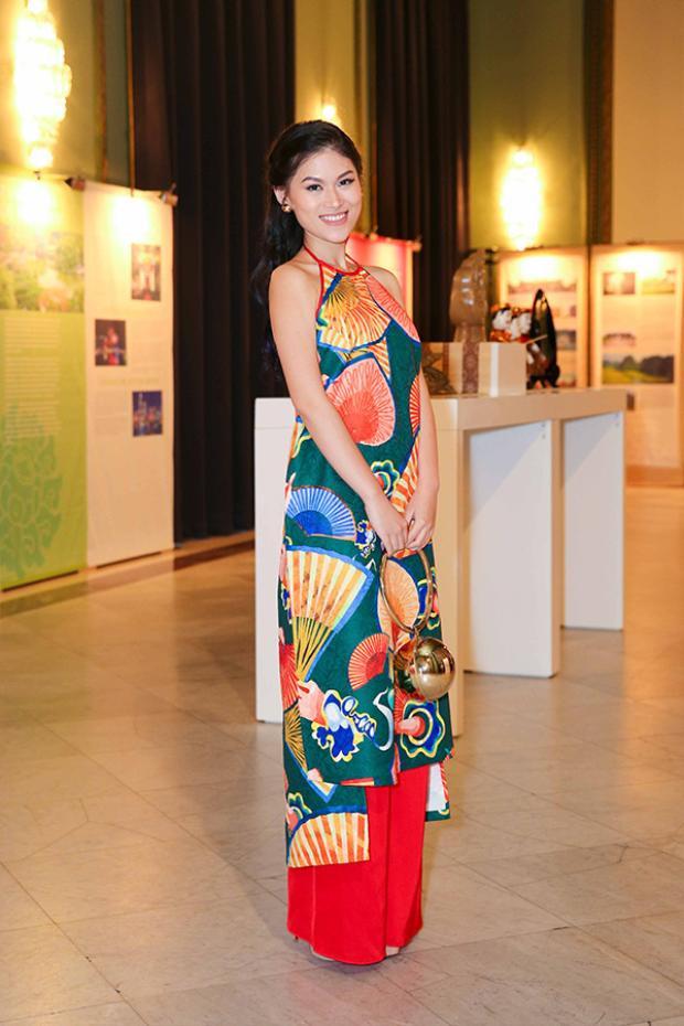 Ngọc Thanh Tâm lại quyến rũ, xinh đẹp khi diện bộ áo dài cách tân trẻ trung.