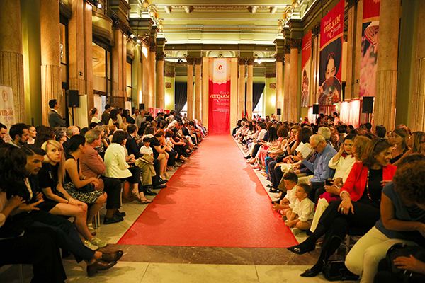 Nằm trong khuôn khổ Ngày Việt Nam tại Tây Ban Nha nhân kỷ niệm 40 năm quan hệ ngoại giao giữa hai nước, đông đảo khách mời tại châu Âu cũng như kiều bào Việt Nam đã tham dự hoạt động đặc biệt ý nghĩa này.