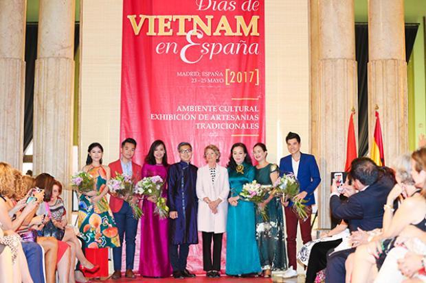 Ngọc Thanh Tâm, Hồng Ánh mặc áo dài đón khách Tây xem Đảo của dân ngụ cư
