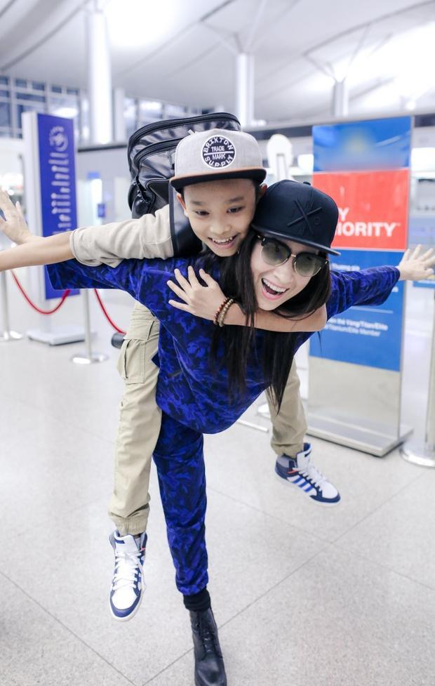 Phi Nhung tươi cười, đùa giỡn cùng Hồ Văn Cường tại sân bay.