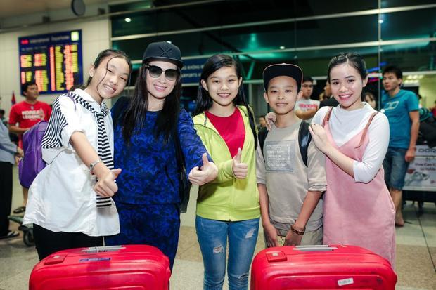 Tối 24/5, Phi Nhung cùng hai con nuôi là Hồ Văn Cường, Thiêng Ngân lên đường sang Úc lưu diễn.