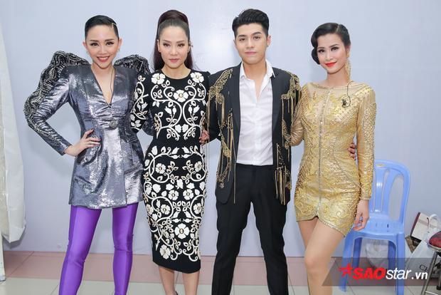 """Noo Phước Thịnh vẫn là """"hoàng tử trong mơ"""" với combo sơ mi trắng + vest đen quen thuộc. Dễ dàng nhìn thấyhoạ tiết đính trên áo """"soái ca"""" ngày hôm nay hoàn toàn đồng bộ với Đông Nhi, quả xứng danh là đôi bạn thân của showbiz Việt!"""