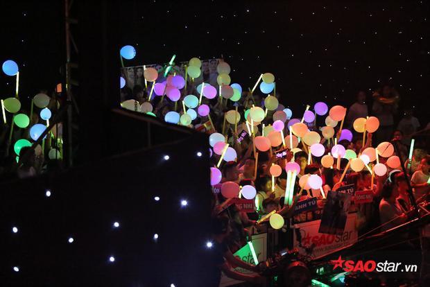 Fan Đông Nhi cùng nhau thắp sáng khán phòng Chung kết The Voice bằng hàng trăm bong bóng đủ màu sắc