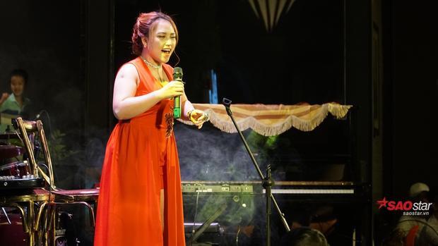 Mở màn với Queen of the night và Dream từng thể hiện tại cuộc thi The Voice, Hồng Ngọc đã làm khán giả vỡ òa và tràn ngập cảm xúc.