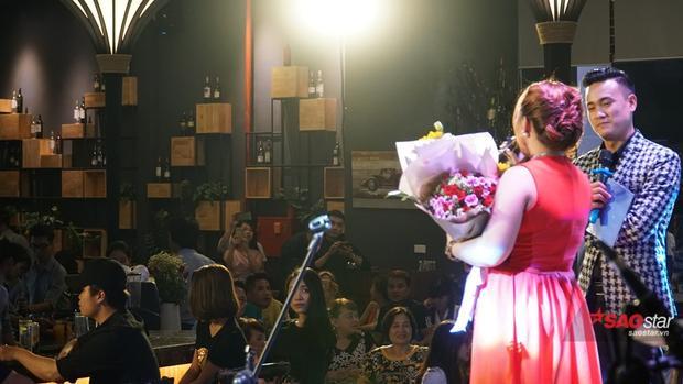Hơn 300 khán giả đã đến từ rất sớm và ủng hộ nồng nhiệt cho giọng ca bước ra từ The Voice 2017.