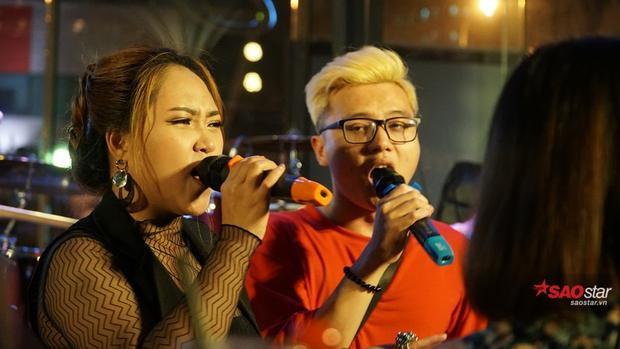 Hồng Ngọc kết hợp song ca cùng Dương Thuận.