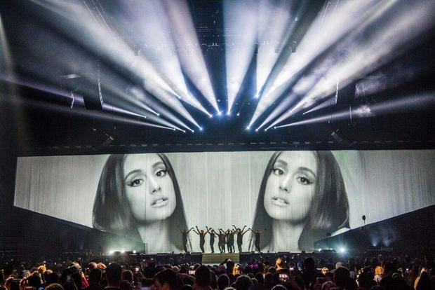 """Sân khấu một concert Dangerous Woman với màn hình LED """"hạng khủng""""."""