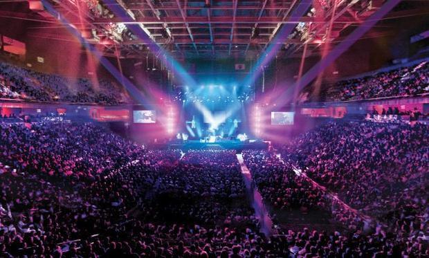 Các đêm diễn hầu như đều được lấp đầy bởi hàng chục ngàn người.