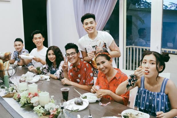 Noo Phước Thịnh vui vẻ ăn uống cùng các trò cưng.