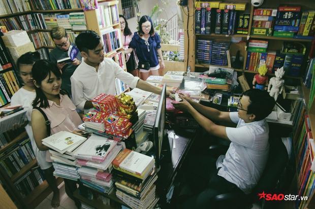 Dù ẩn sâu trong khu tập thể nhưng những cửa hàng sách này vẫn thu hút khách.