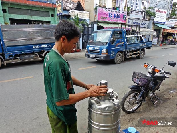 Theo anh Thái chia sẻ, những hôm nắng nóng gay gắt, anh phải mua tận 3 bình nước 21l để phục vụ bà con.