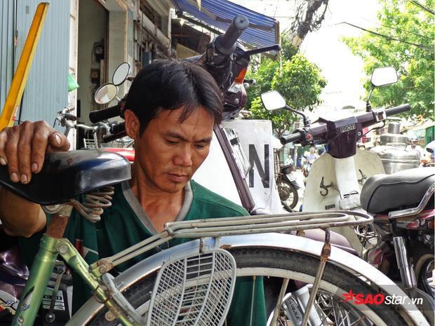 Khi biết có hoàn cảnh khó khăn cần xe đạp đi lại, anh giao lại công việc cho người em trai và tìm đến tận nhà để trao tặng.