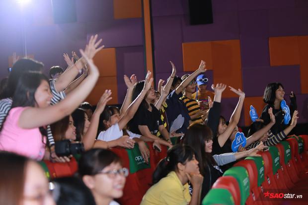 Người hâm mộ vô cùng hào hứng, sôi nổi để lên giao lưu gần với Sơn Tùng.