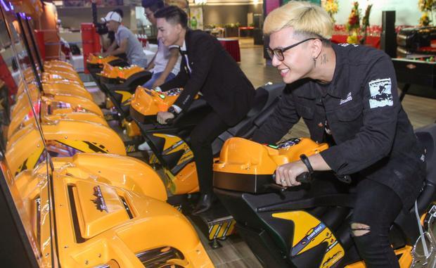 """Dương Thuận, Tùng Anh phấn khích """"tìm lại tuổi thơ"""" với game đua xe huyền thoại."""