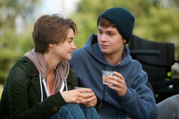 Hazel (Shailene) và Augustus (Ansel) là cặp đôi ngoan cường chống lại ung thư với hành trình tình yêu đẹp đẽ và cảm động