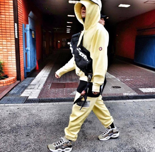 Song Mino cũng là một tín đồ của các thương hiệu thời trang streetwear khi chịu chi tậu túi đeo chéo của nhà mốt Supreme cho thời trang đường phố thêm bảnh.