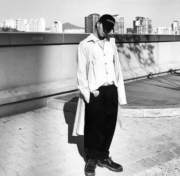 Chiếc mũ chính là bảo bối giúp anh chàng rapper có được diện mạo ngầu hơn trong những shoot hình.